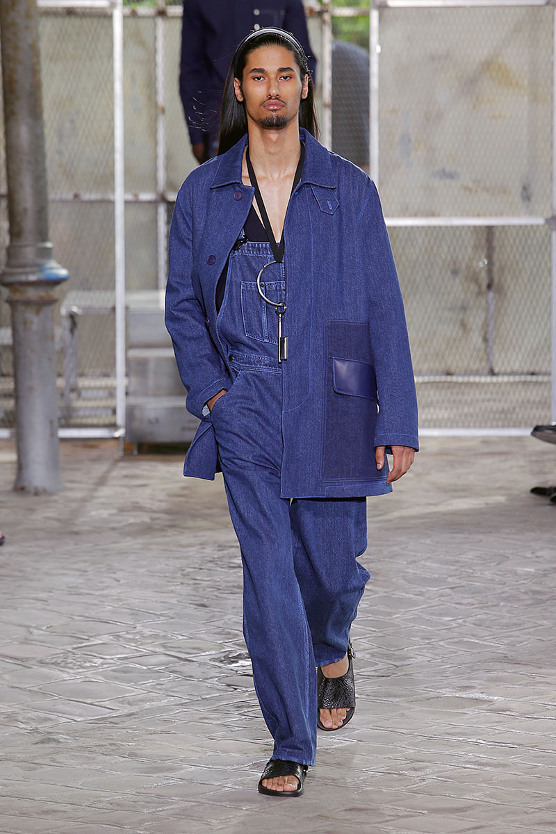Tuta da lavoro in denim con giacca sempre in jeans di Givenchy. Photo courtesy of Givenchy