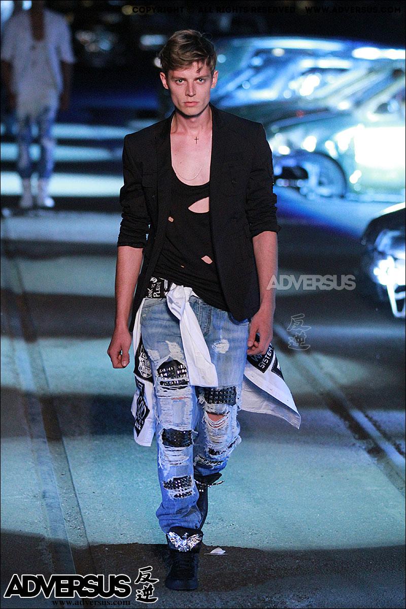 Jeans con buchi e strappi da Philipp Plein, Photo Mauro Pilotto