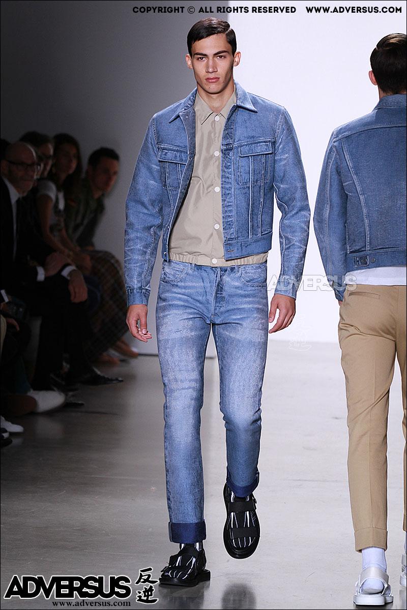Total jeans look da Calvin Klein, Photo Mauro Pilotto