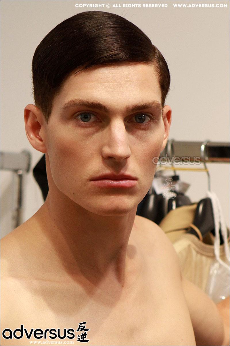 Tendenze capelli uomo: la riga di lato. Calvin Klein primavera estate 2016, ph. Mauro Pilotto