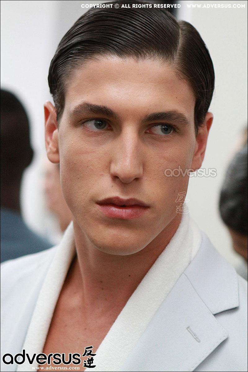 Tendenze capelli  la riga di lato per un look da bravo ragazzo ... f22eae5a8918