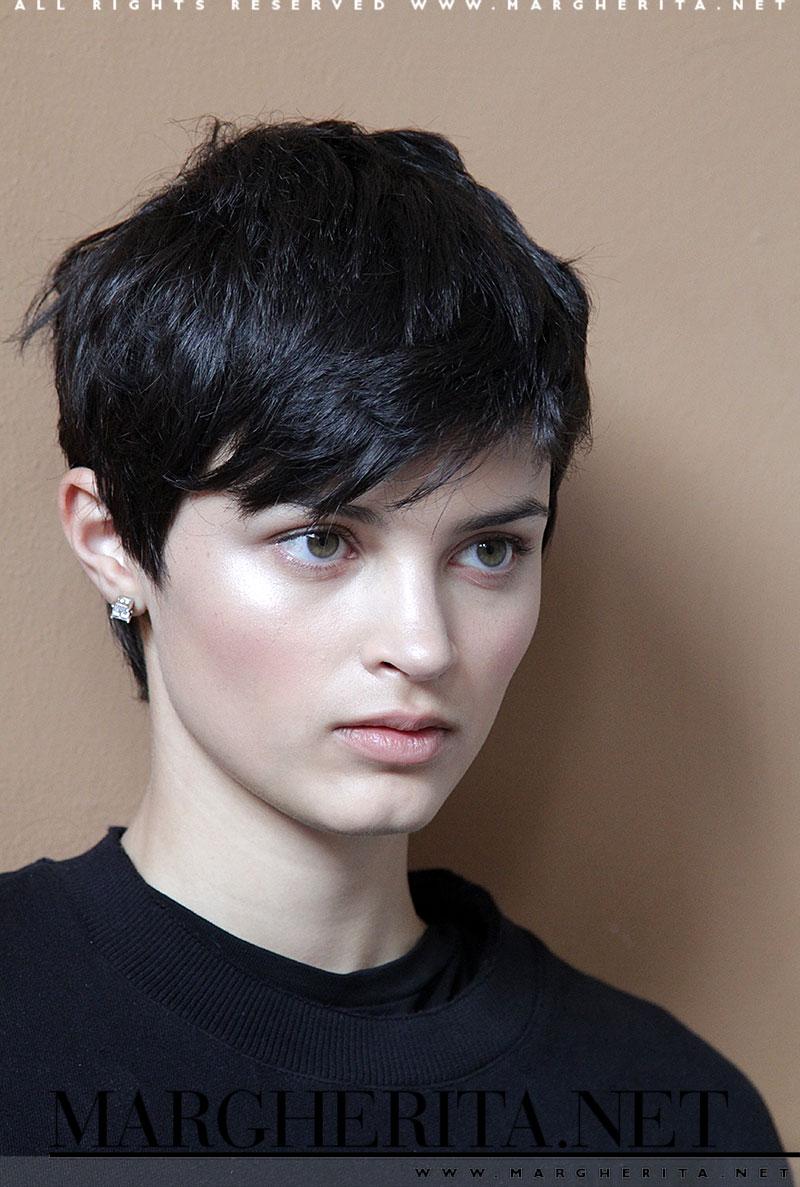 Taglio di capelli corto, modella: Isabella Emmack nel backstage di Ermanno Scervino primavera estate 2017, ph. Mauro Pilotto