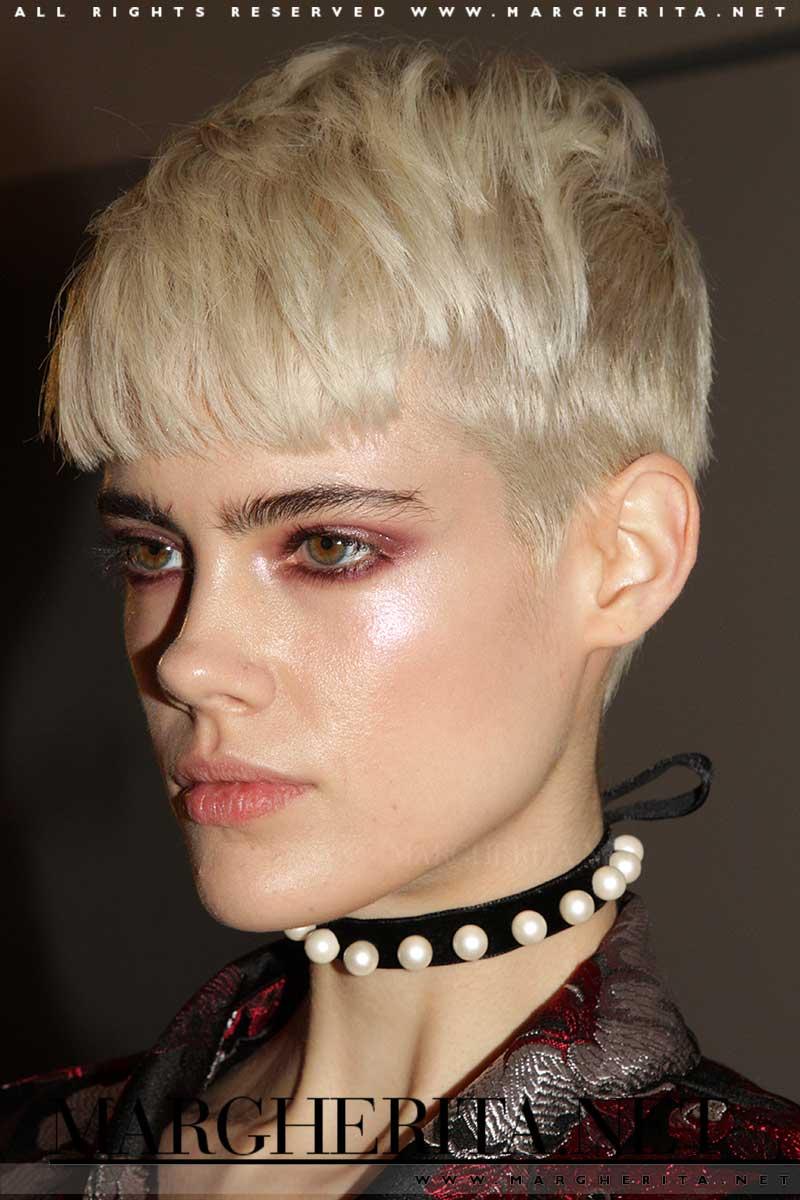 Un cambio di testa. Taglio di capelli corto e biondo platino per Taja Feistner