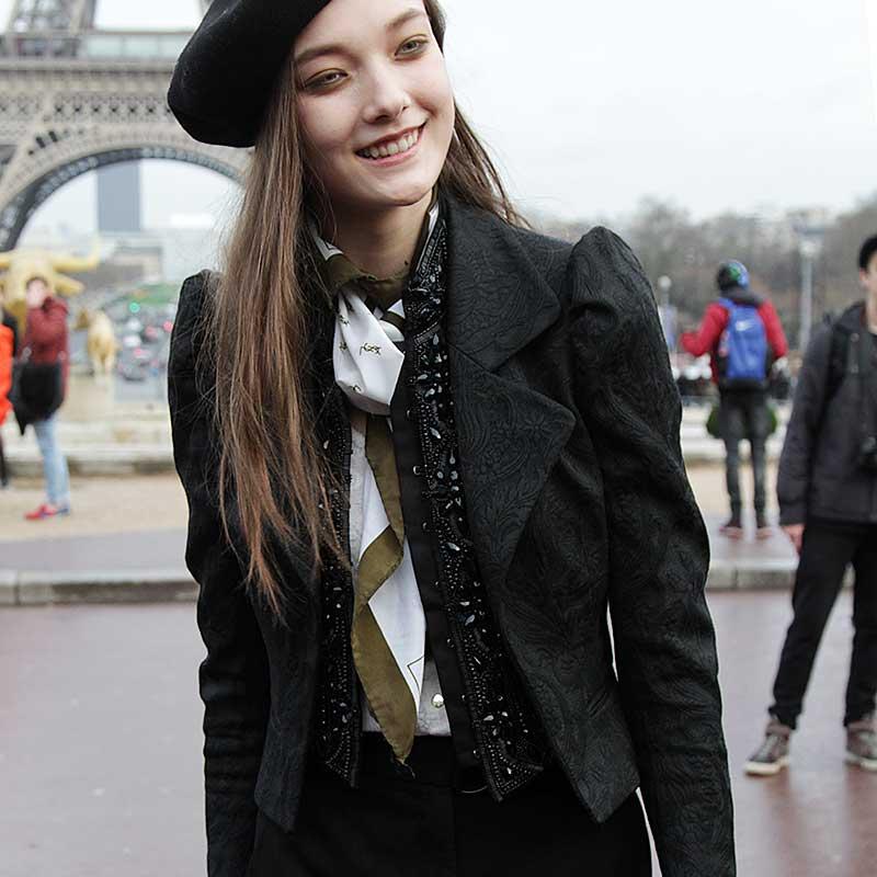 Yumi Lambert, bellissima in un look parigino al 100%