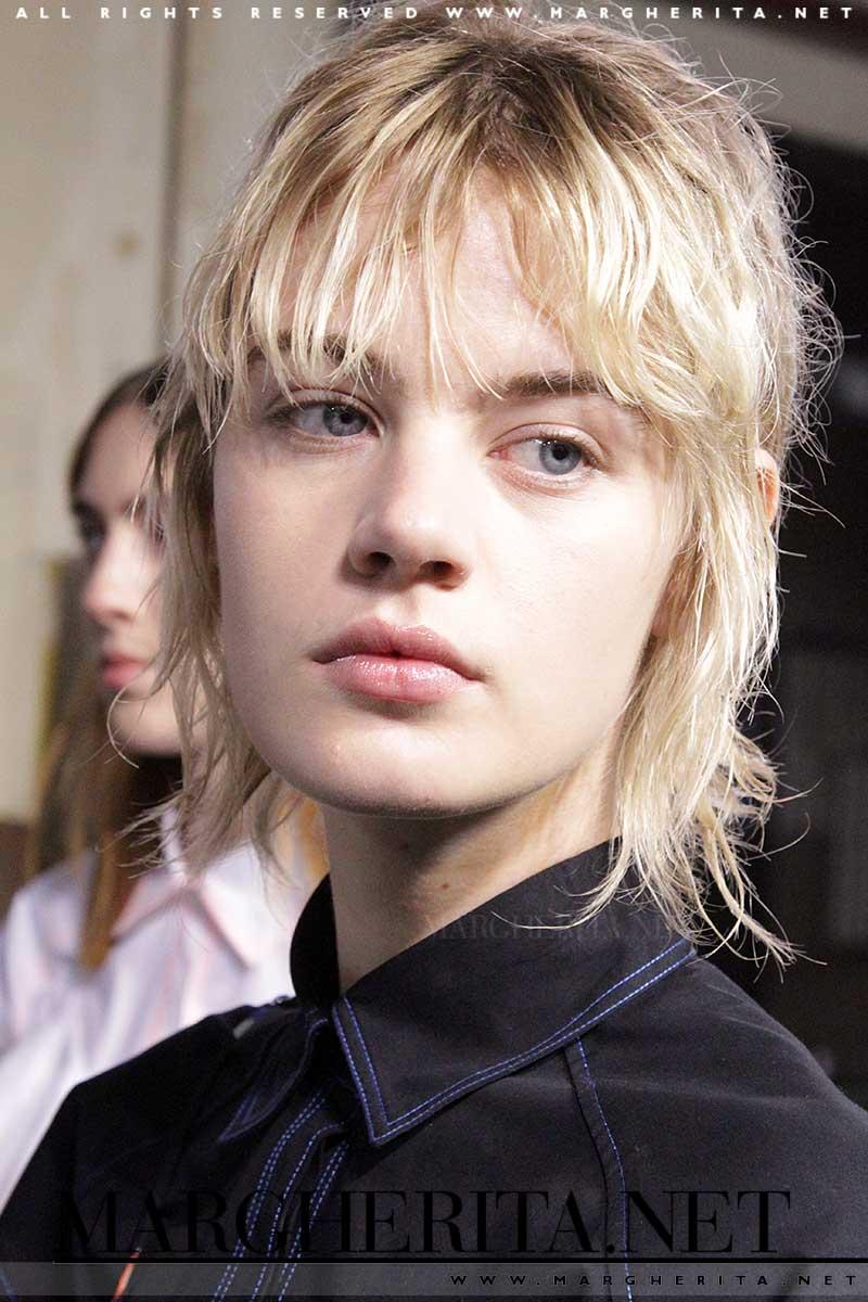 Taglio di capelli corti fotografato nel backstage di MSGM, ph. Charlotte Mesman