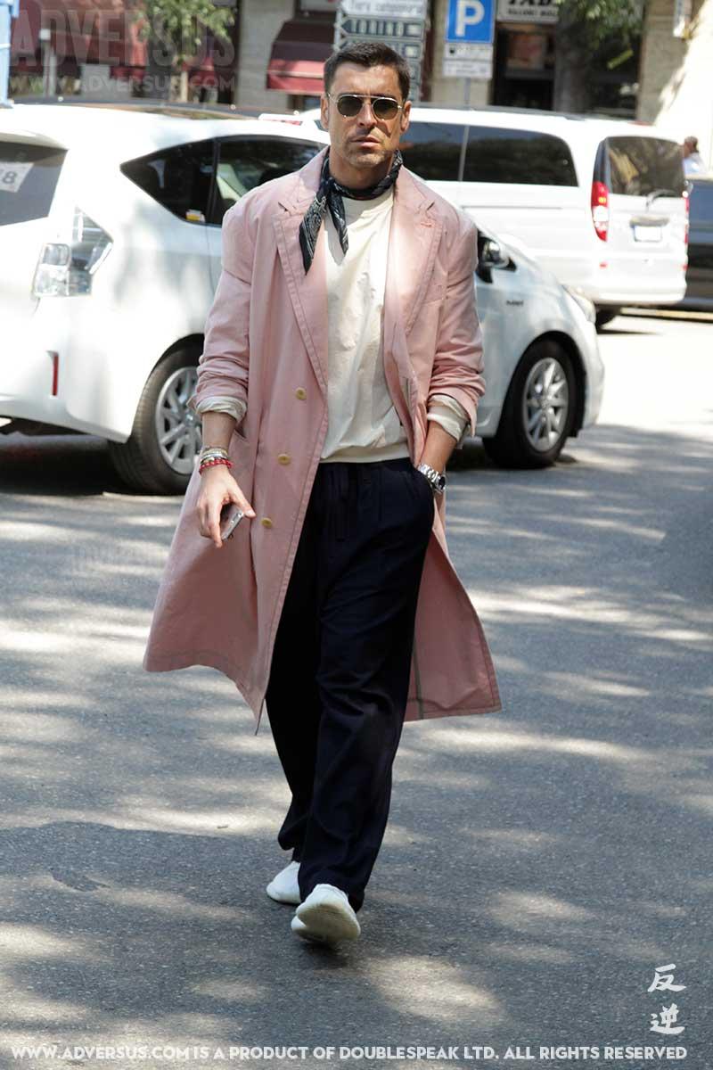Streetstyle uomo autunno 2017. Cosa ne pensate di questo soprabito rosa?