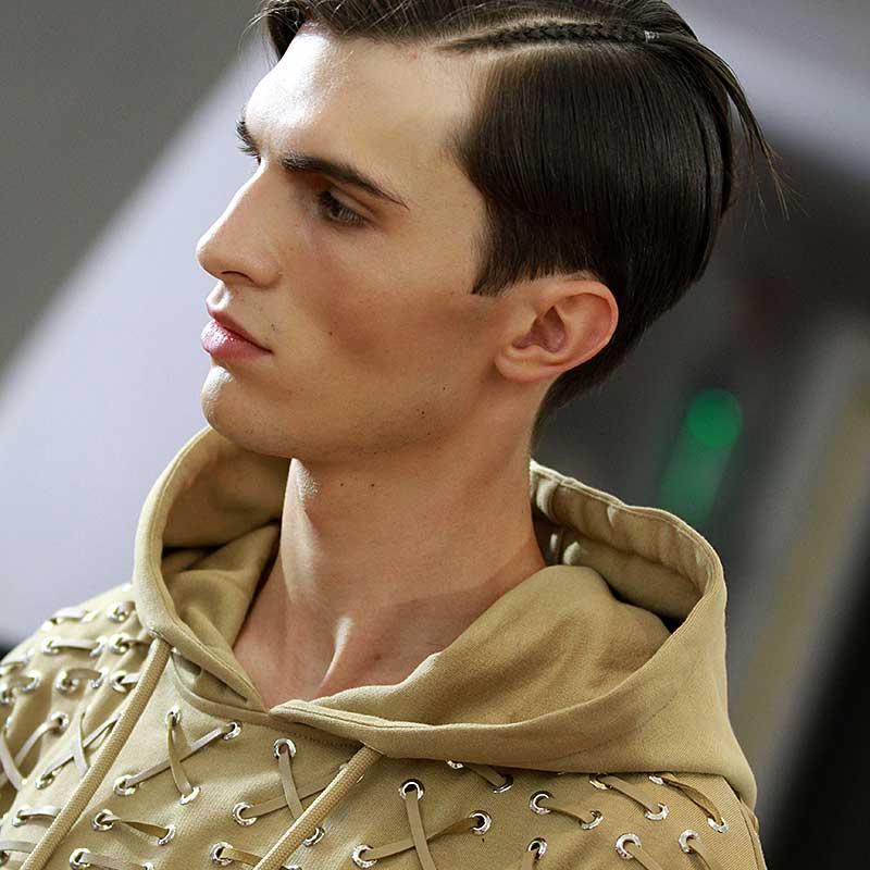 Tagli capelli uomo 2018. Un taglio classico con riga laterale intrecciata