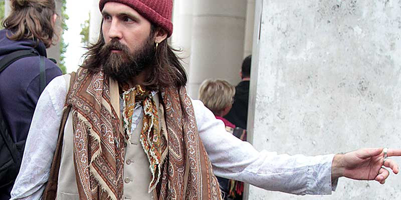 Street style uomo. Foto di un look alternativo con stile (hippie-chic?)