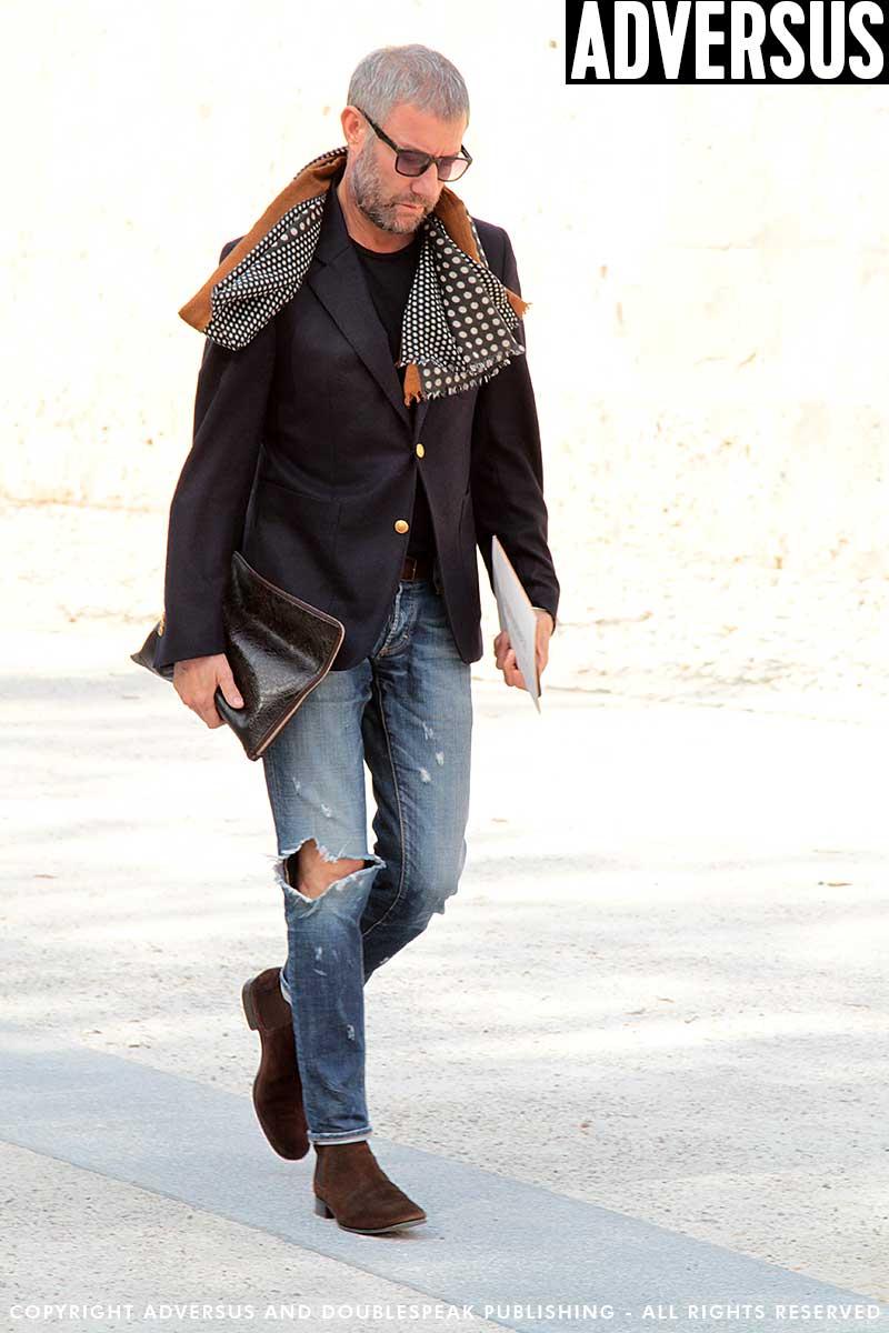 Streetstyle uomo. L'abito spezzato. La giacca blu con dei jeans. Foto Charlotte Mesman