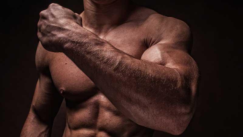 Le donne sono attratte dall'uomo forte. Un nuovo studio conferma che un corpo muscoloso stimola l'interesse femminile