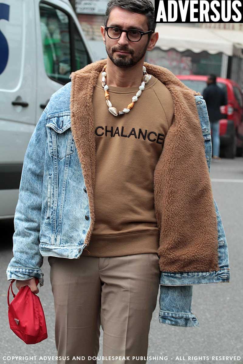 Street style 2018. Il cammello con il jeans chiaro