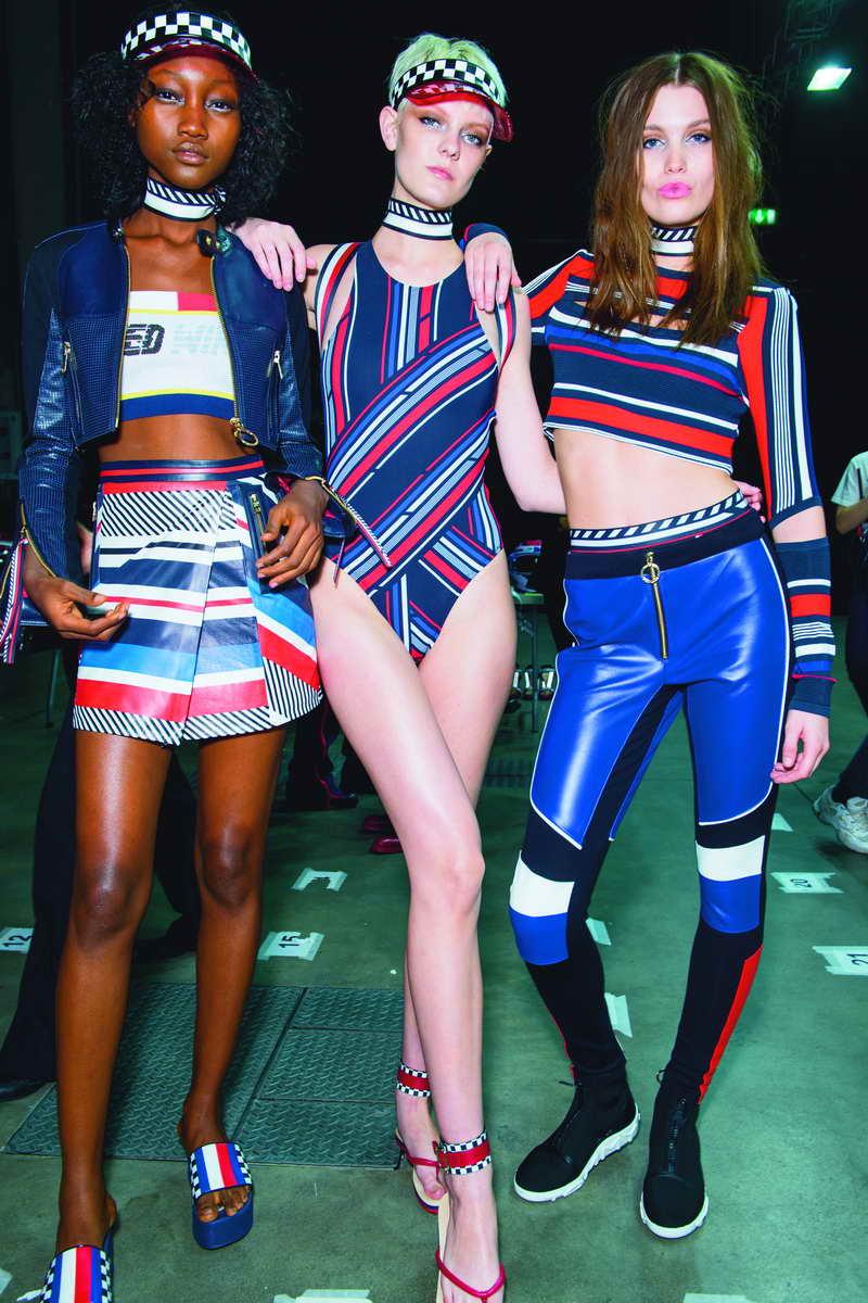 Modelle e modelli backstage alla sfilata Tommy Hilfiger Tommynow 'Drive' Primavera 2018