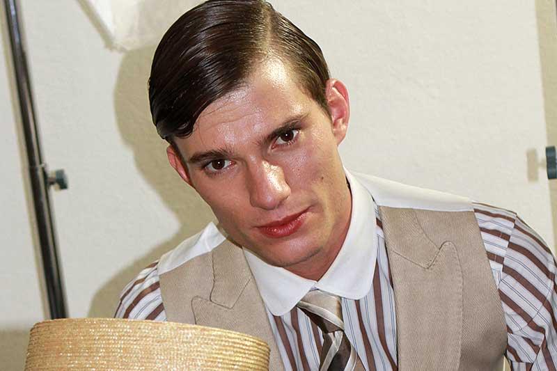 Tagli di capelli uomo e styling con tanto gel.