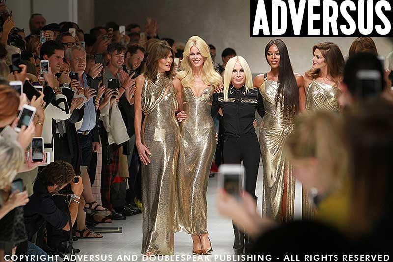 Le Top di una volta sulla passerella di Versace PE 2018. Il pubblico filma e fotografa… Ph. Mauro Pilotto