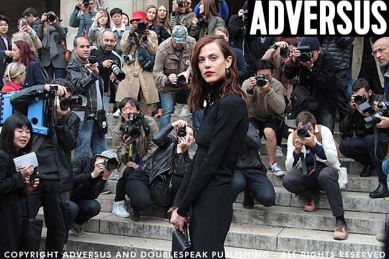 Fotografi di streetstyle al lavoro. In mezzo la modella Aymeline Valade. Ph. Charlotte Mesman