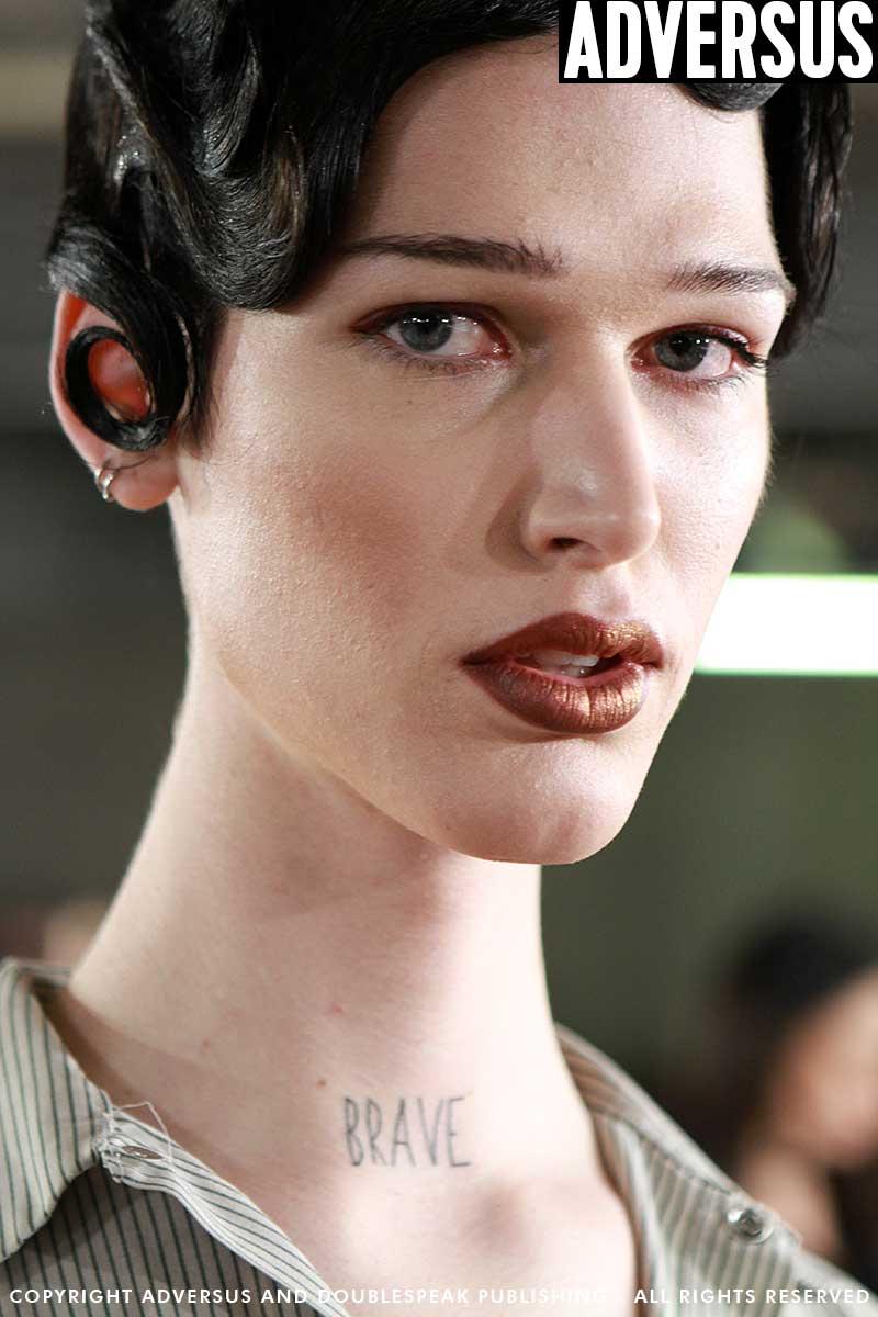 Trucco modelle e modelli alla sfilata Moschino Uomo AI 2018-2019. Makeup Kabuki, foto Mauro Pilotto
