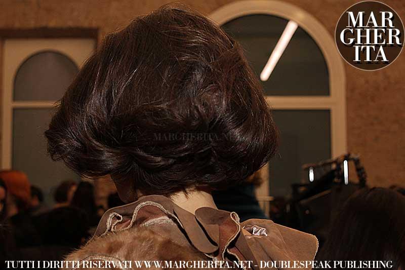Acconciatura bob in stile retro. Sfilata: Les Copains AI 2018 2019