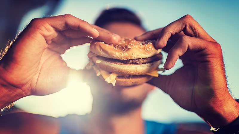Il junk food (fast food su tutti) aumenta il rischio di depressione, secondo una ricerca della Manchester Metropolitan University
