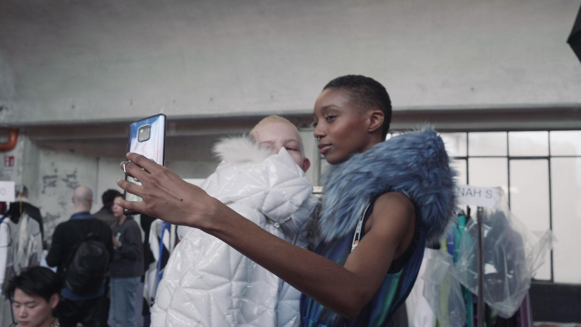 Modelle backstage da Byblos Autunno Inverno 2019 2020 alla Milano Fashion Week