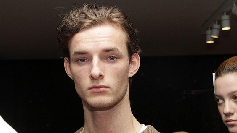 Le nuove tendenze moda capelli uomo estate 2019. Il ritorno del taglio di  capelli  classico  5eb1fbb87c4b