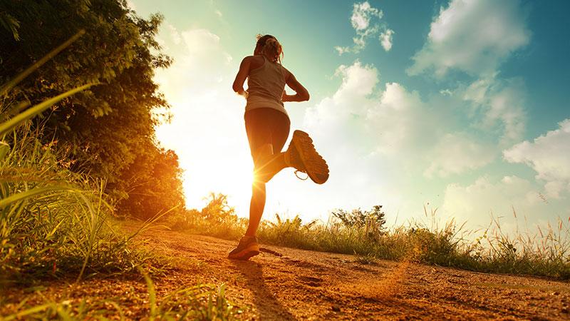Correre e tenersi in forma. In palestra e quando si pùo all'aria aperta