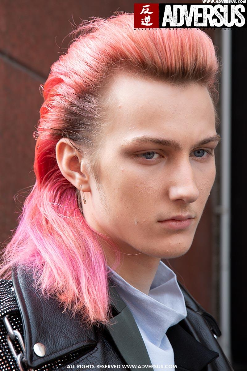 Tendenza capelli lunghi uomo 2020. Sfilata M1992. Foto: Charlotte Mesman