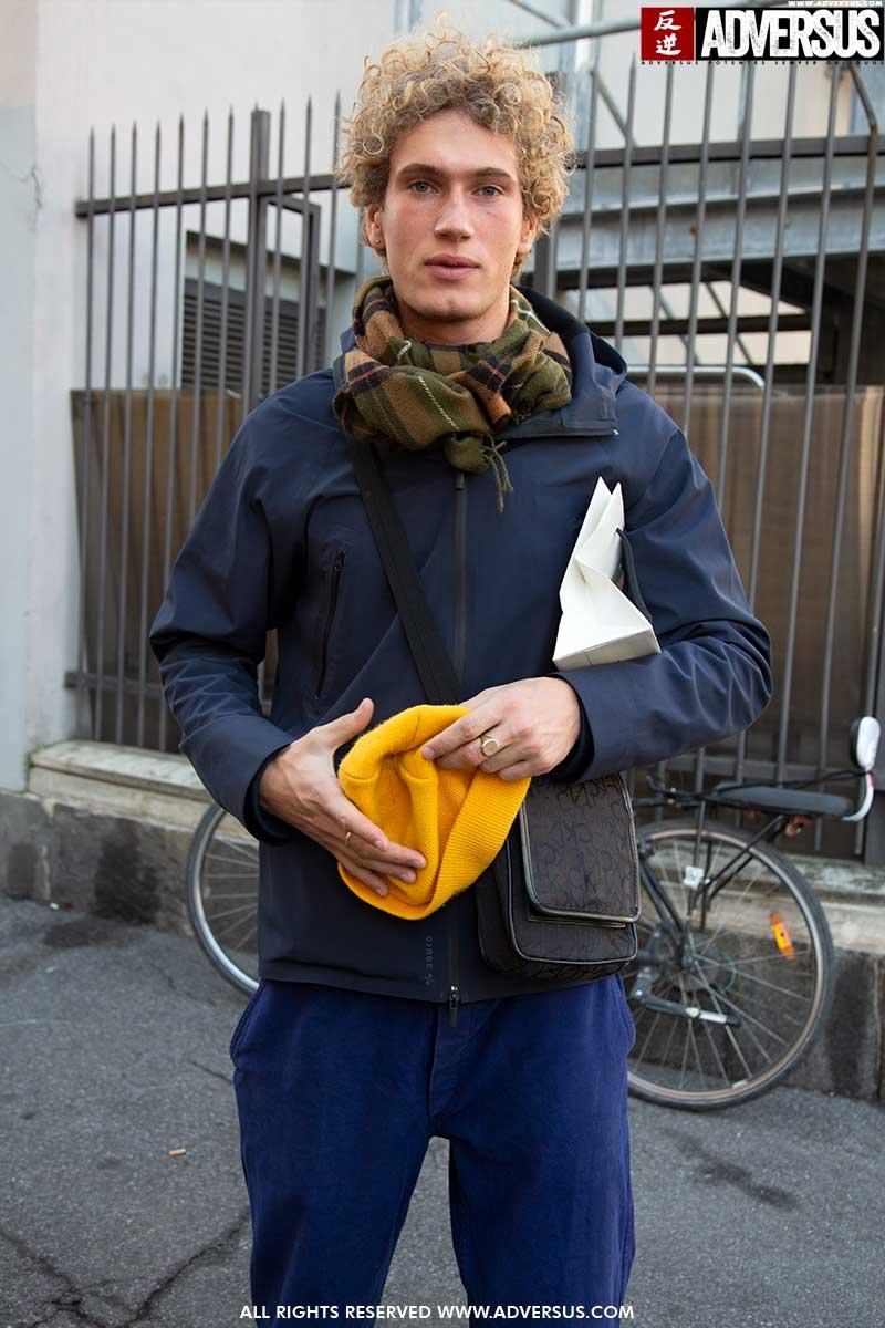 Street style moda uomo 2020: come si vestono i modelli. Foto Charlotte Mesman