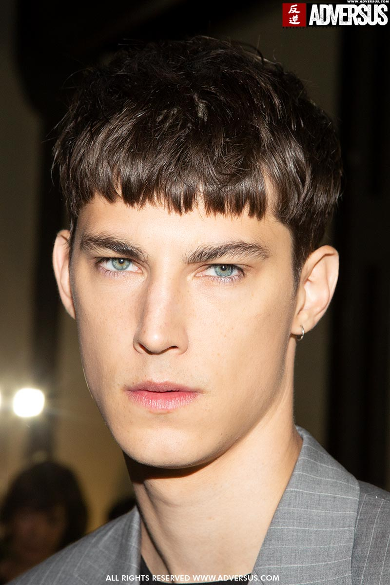 Tagli capelli uomo estate 2020. Sfilata: John Richmond. Foto: Charlotte Mesman