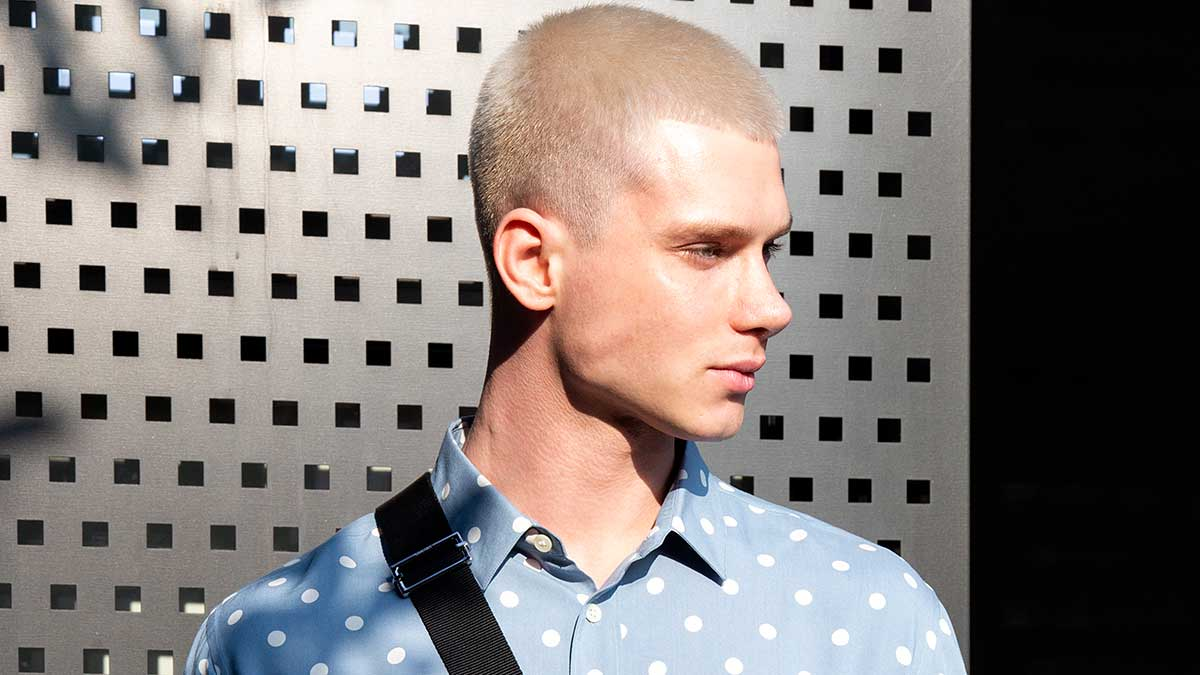 Capelli cortissimi per lui, una delle tendenze capelli uomo primavera estate 2020. Diventa il trend? Foto Charlotte Mesman