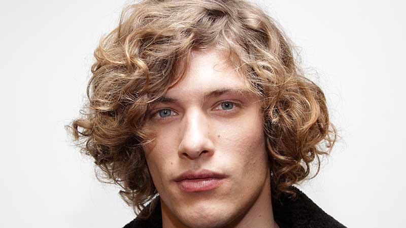 Tendenze capelli uomo primavera 2020. I tagli di capelli si allungano