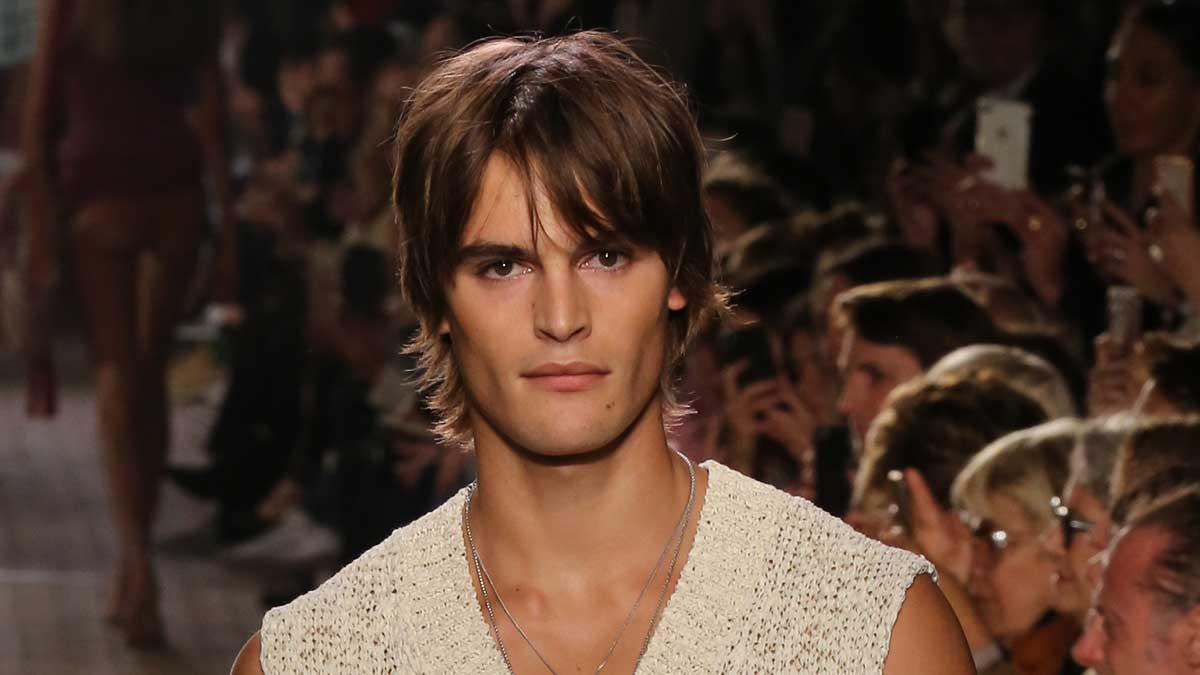 Tagli di capelli particolari per l'uomo estate 2020. Ecco le nuove tendenze tagli di capelli uomo: Isabel Marant. Foto: Mauro Pilotto