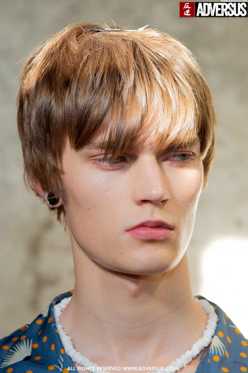 Capelli, le tendenze capelli uomo estate 2020. I capelli si allungano - Backstage sfilata Dsquared2 - Foto Charlotte Mesman