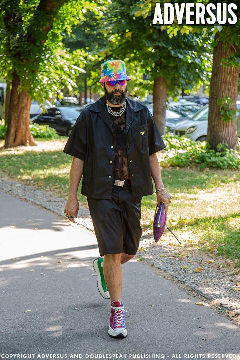 Moda uomo street style estate 2020. Tempo di shorts per lui, tempo di gambe al vento ;-) - Foto Charlotte Mesman