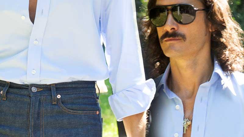 Street style uomo estate 2020. Un look trendy con jeans in stile retrò - Foto Charlotte Mesman