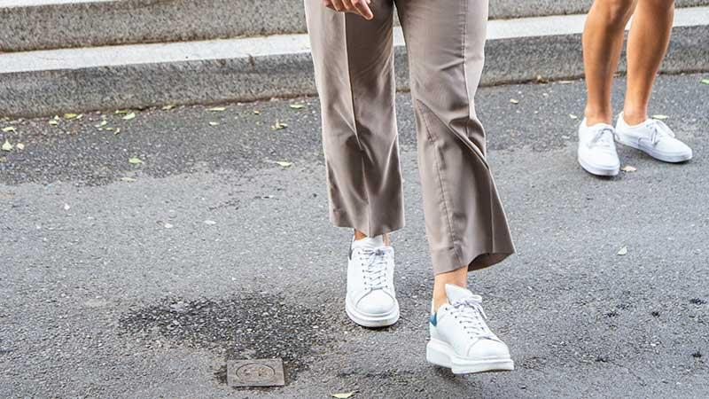 Tendenza moda uomo estate 2020 - Scarpe bianche - Foto Charlotte Mesman