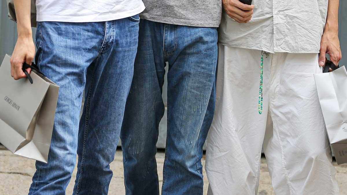 Nuove tendenze moda jeans uomo 2020 (ecco cosa portano i modelli) - Foto Charlotte Mesman
