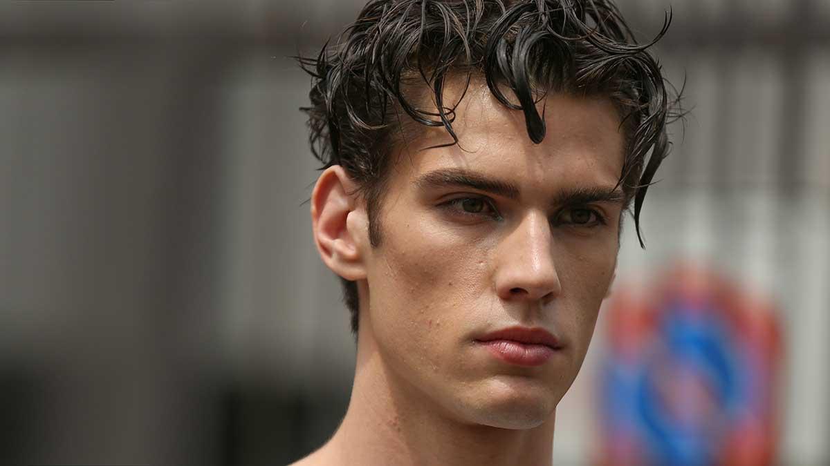 Nuove tendenze capelli estate 2020 uomo. Lunghe ciocche sulla testa per un look capelli estivo - Foto Mauro Pilotto