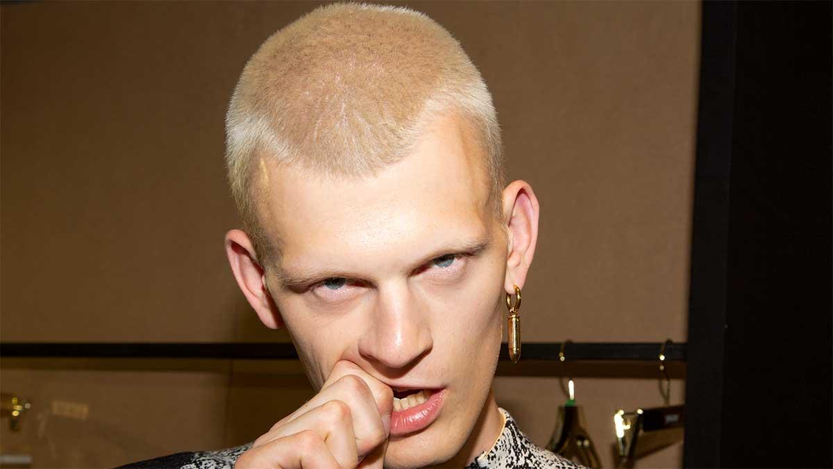 Tagli di capelli uomo 2020. Stempiatura alta? Attento a questi tagli di capelli - Sfilata Youser Foto Charlotte Mesman