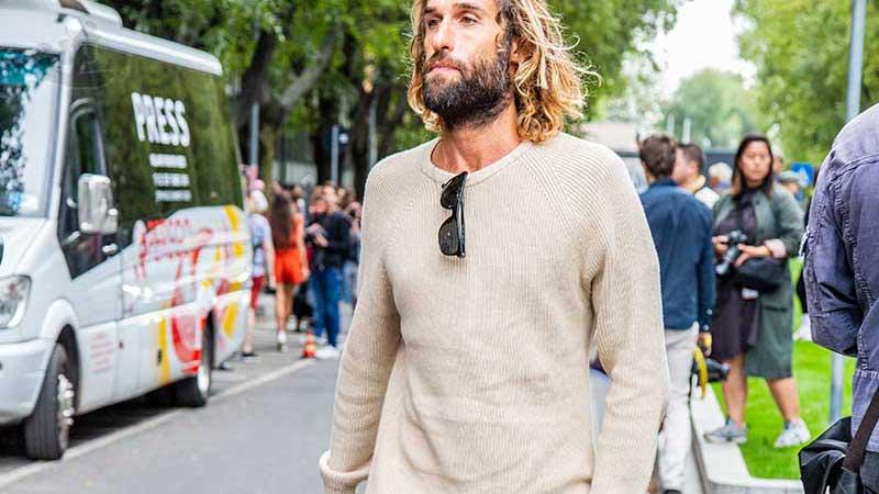 Street style moda uomo, idee moda per l'estate 2020. Elegante con un maglione estivo - Foto Charlotte mesman