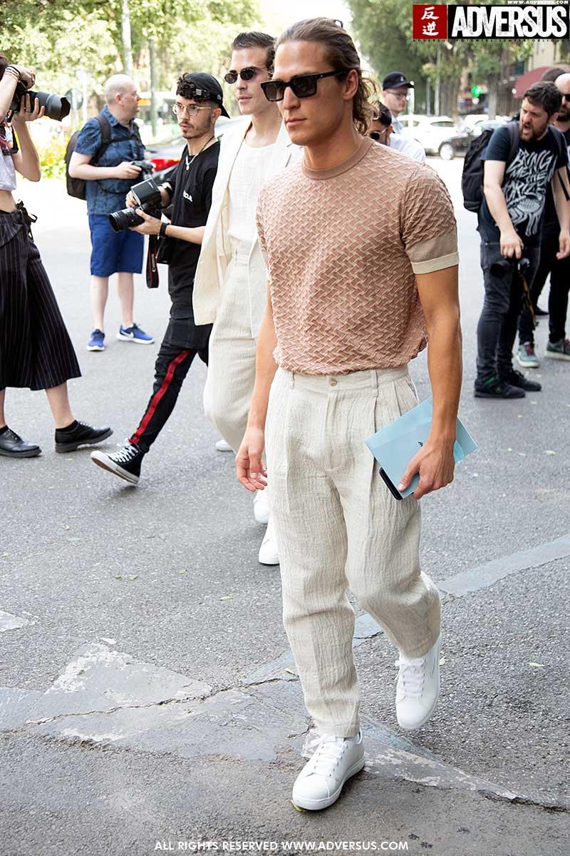 "Nuove idee moda maschile Estate 2020. Look moda street style uomo: ""Less is more"" - Foto Charlotte Mesman"