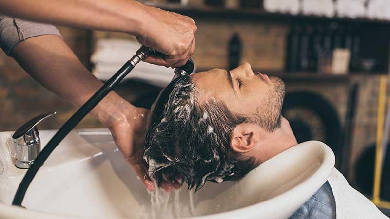 Tendenze capelli uomo. Conosci il 'deep cleansing shampoo' lo shampoo pulizia profonda?