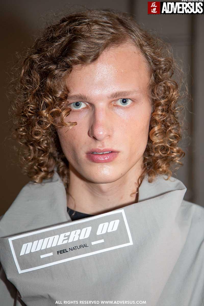 Hair styling uomo, tendenze capelli estate 2020. Tre teste, tre diverse acconciature con effetto bagnato. Quale scegli? Sfilata: Numero 00. Foto: Charlotte Mesman