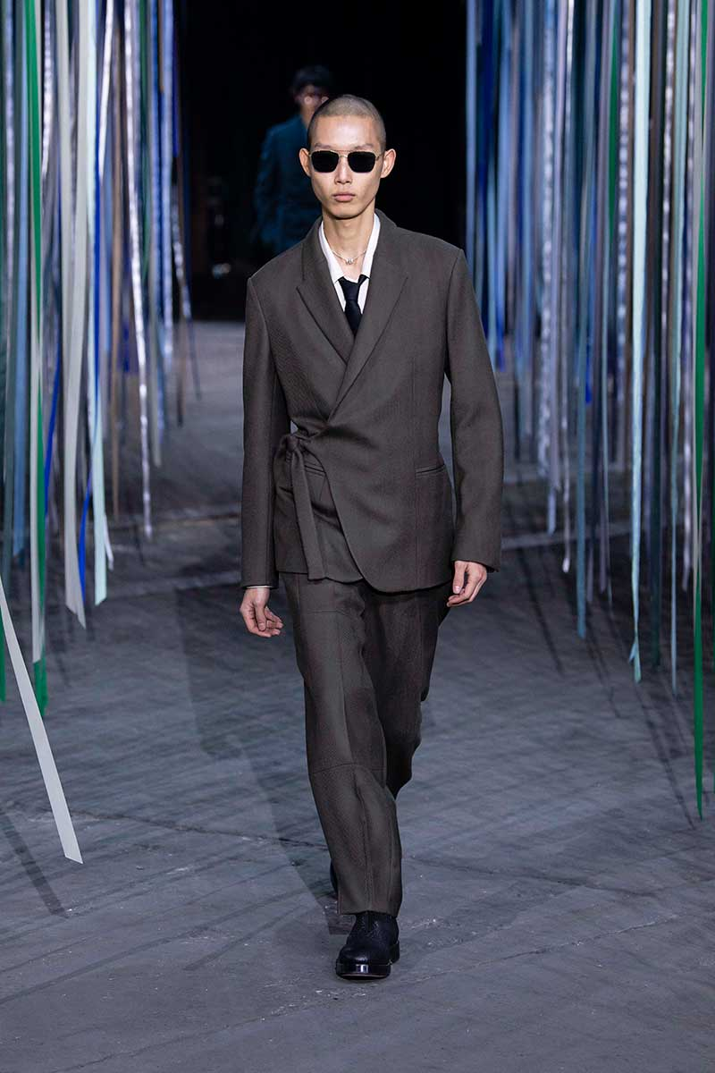 Tendenze moda uomo inverno 2020. Completi slim fit su misura e giubbotti bomber alla moda – Sfilata Ermenegildo Zegna. Photo: courtesy of Zegna