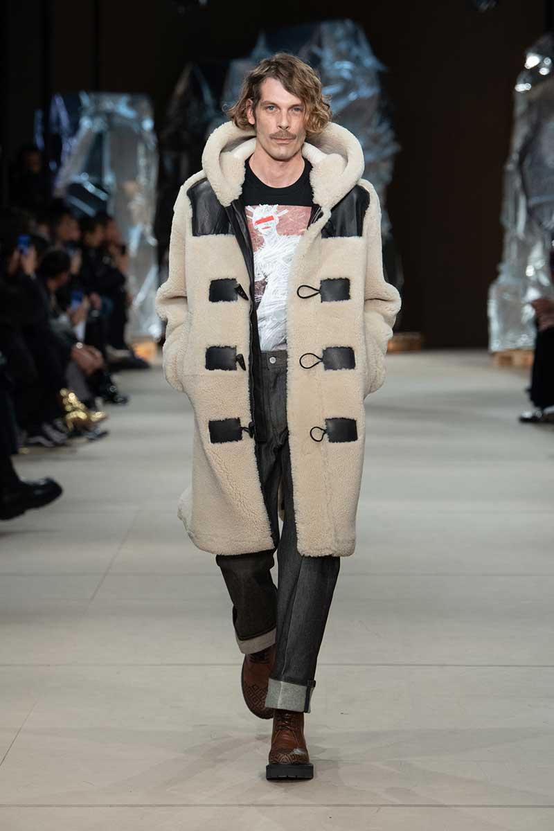 Tendenze moda uomo inverno 2020 2021. Caviglia scoperta, jeans con patchwork, silhouette slim fit - Sfilata: Neil Barrett. Photo: courtesy of Neil Barrett