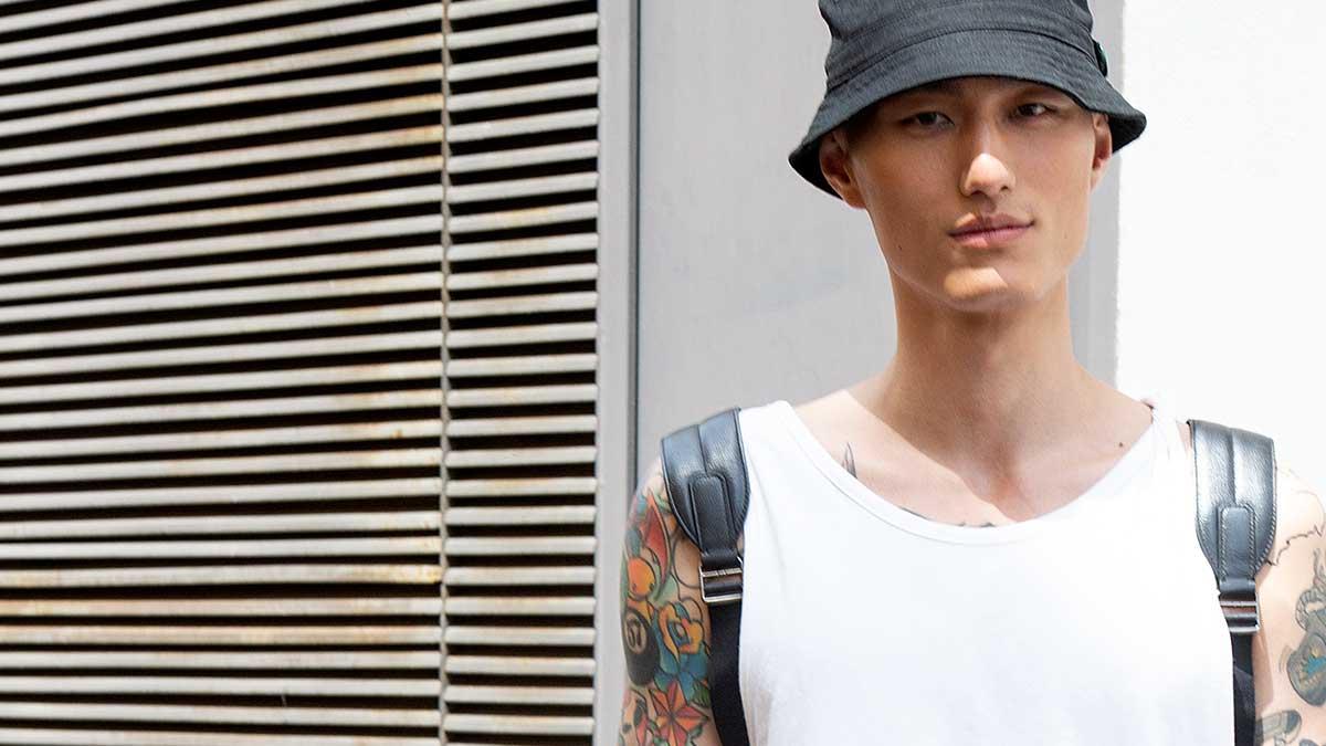 Street style moda uomo estate 2020. Trendy con ciabatte di plastica e calzini? È così che si fa! - Foto Charlotte Mesman