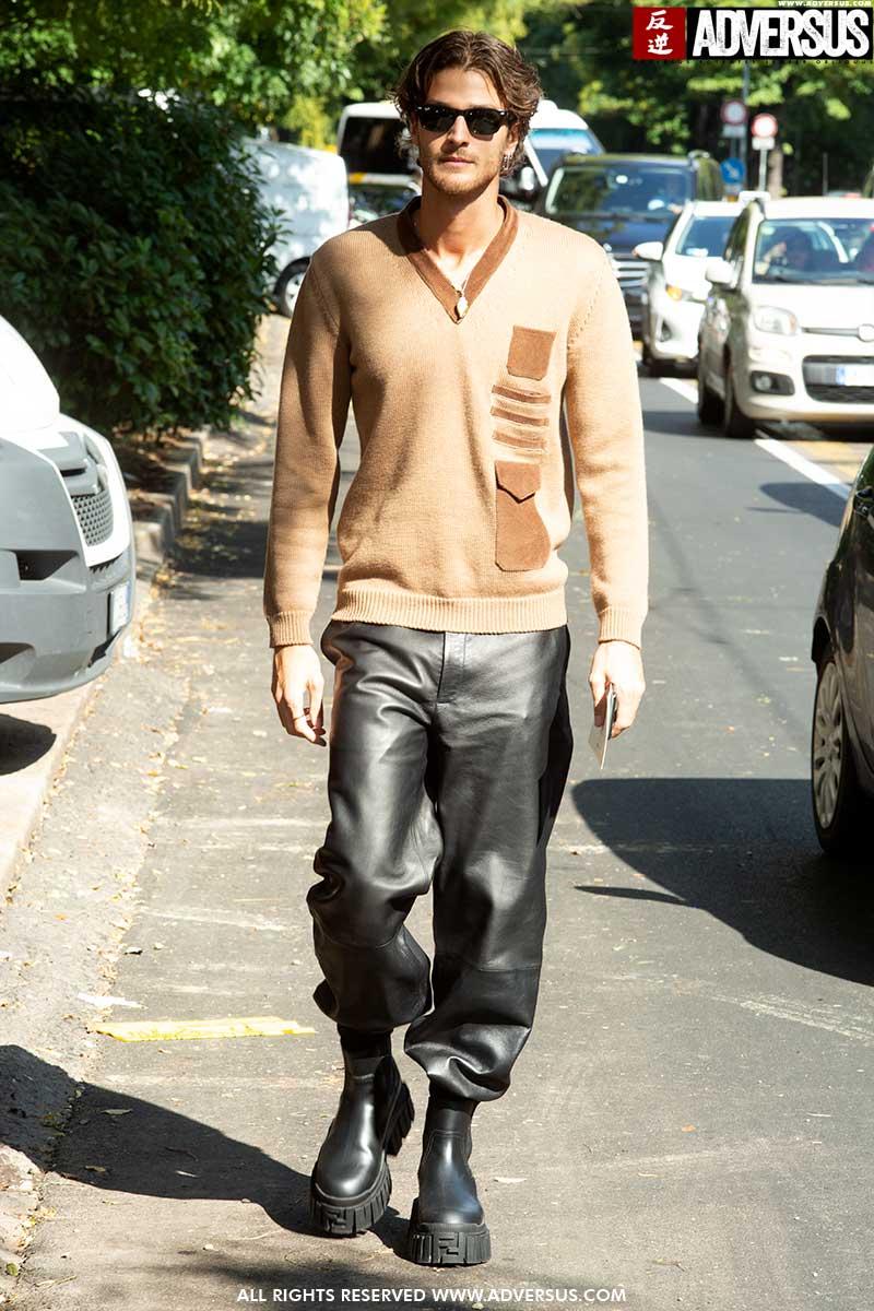 Street style moda uomo dalla Milano Fashion Week. Idee moda uomo per un look autunnale trendy e moderno - Foto Charlotte Mesman
