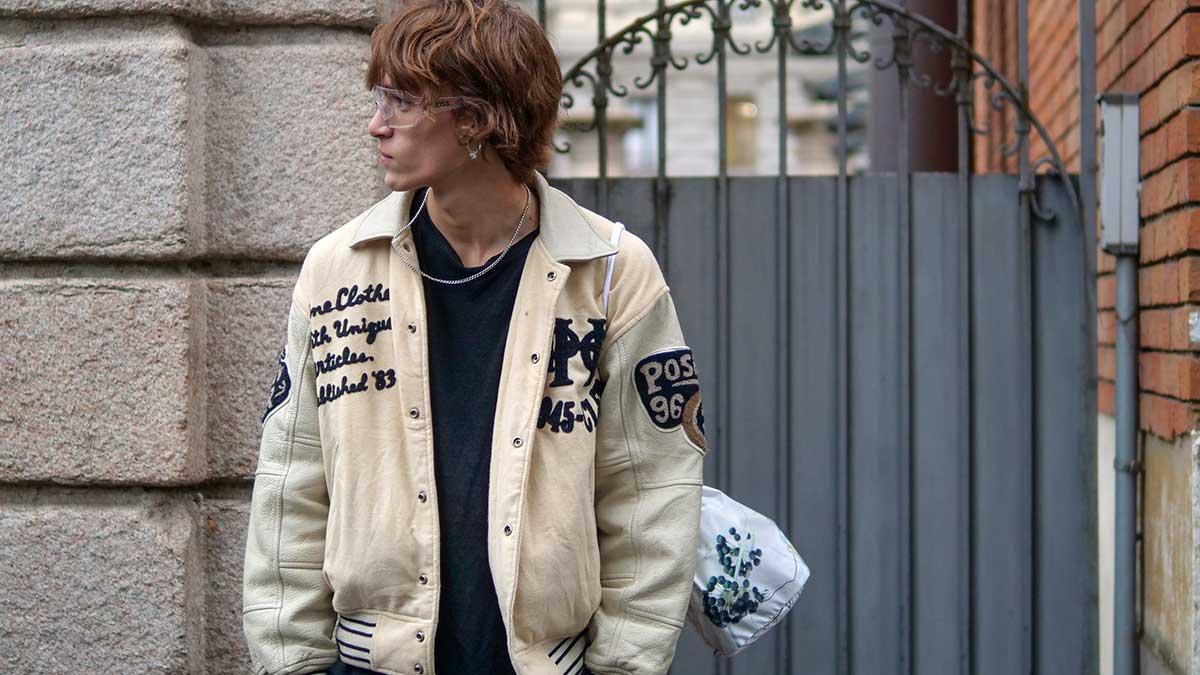 Tendenze moda street style uomo inverno 2020 2021. Il bomber è cool. Eccom come lo indosseremo - Foto Charlotte Mesman