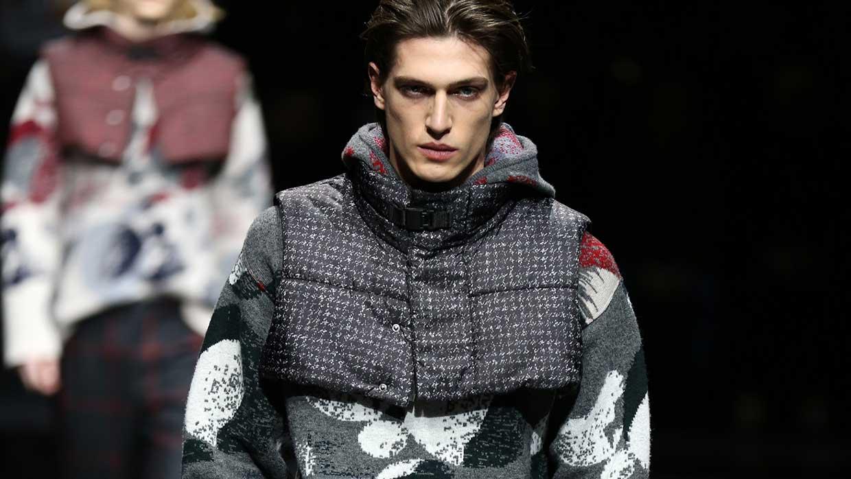 """Accessori moda uomo inverno 2020 2021. 3 fashion """"gadgets"""" trendy da tenere a mente quando inizia a far freddo - Sfilata Emporio Armani Foto Mauro Pilotto"""