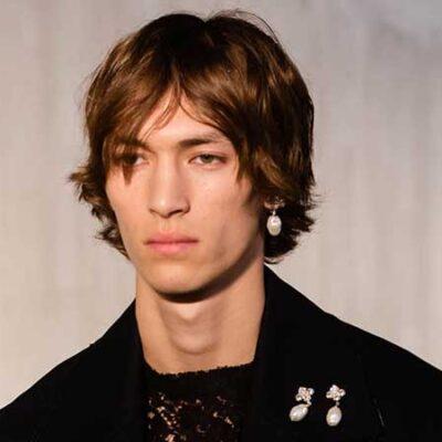 Tendenze capelli uomo 2021. I tagli di capelli continuano ad essere piuttosto lunghi (ma vanno gestiti con i giusti prodotti)