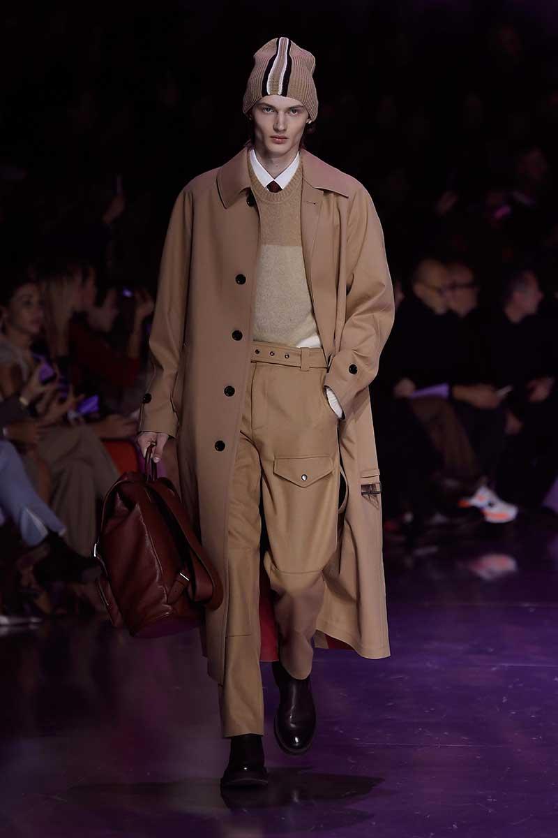 Tendenze moda uomo inverno 2020 2021. Tornano i cappotti lunghi da uomo. Photo courtesy of Boss